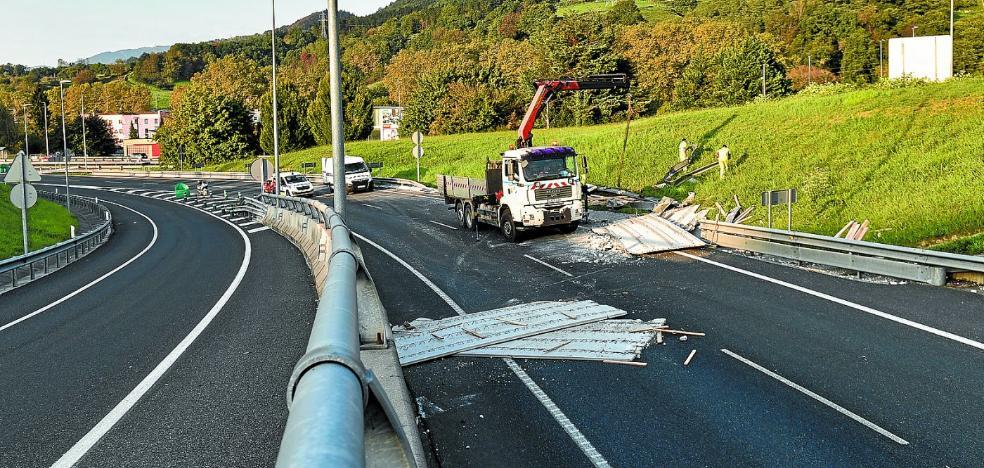 Fallece el transportista herido tras el choque entre dos camiones en Soraluze