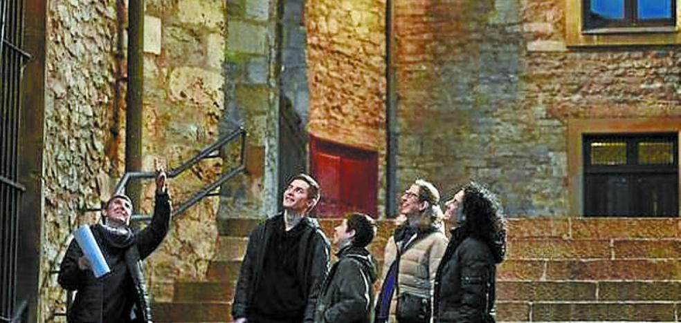 La luz se hizo en Vitoria con las rutas y los guías turísticos de Ainharbe