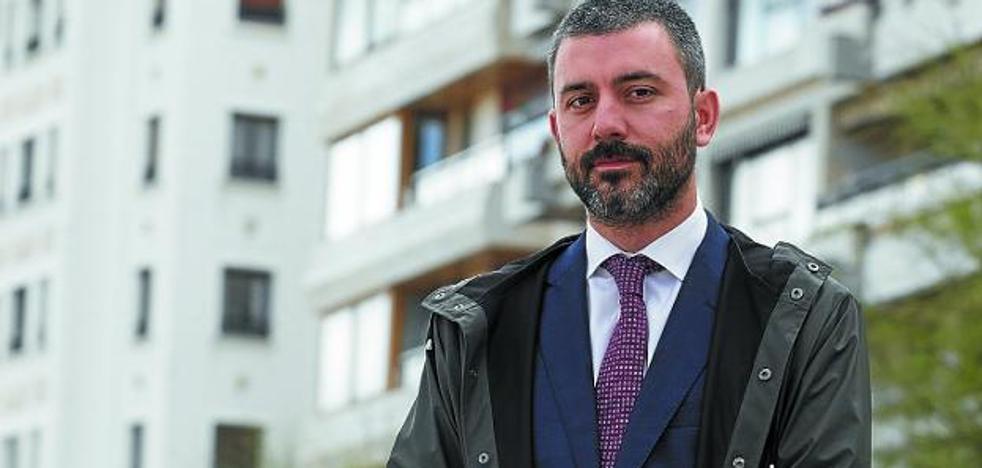 Asier Pereda: «Cierran pisos que antes valían, actúan con gran arbitrariedad jurídica»