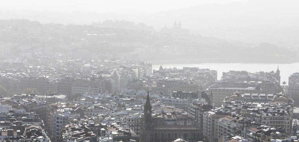 Llega a Gipuzkoa el humo y el olor a quemado de los incendios de Galicia