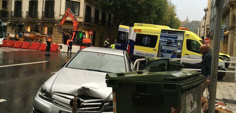 Colisión entre una ambulancia y un coche en el centro de San Sebastián