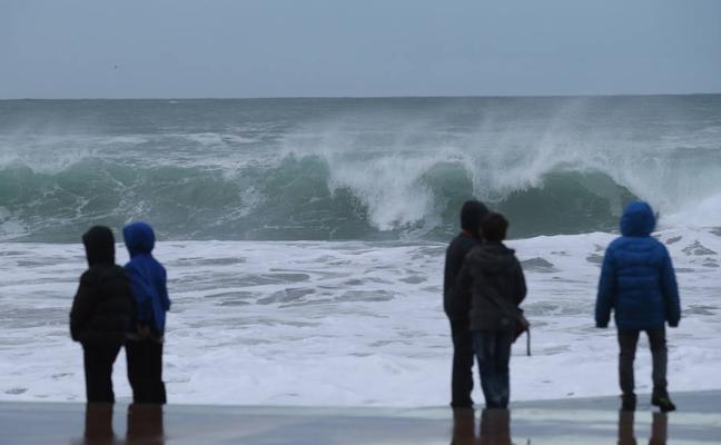 El fin de semana se prevén olas de entre 4 y 5 metros