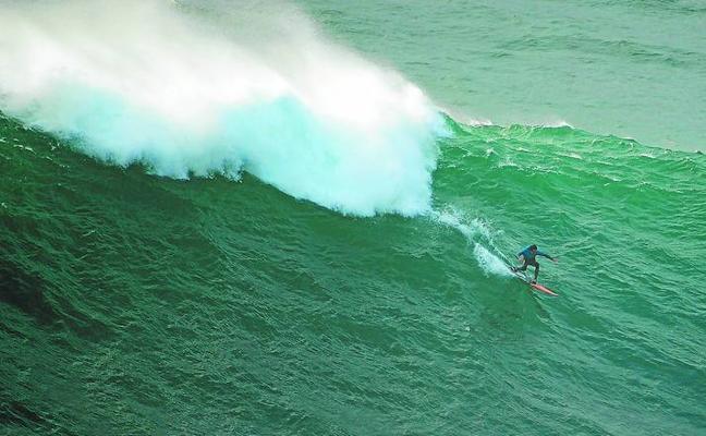 Axi Muniain surfea las olas del huracán Ophelia