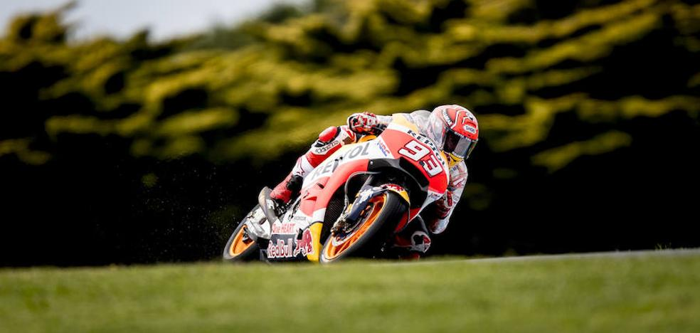 Márquez aprieta en un mal día para Dovizioso