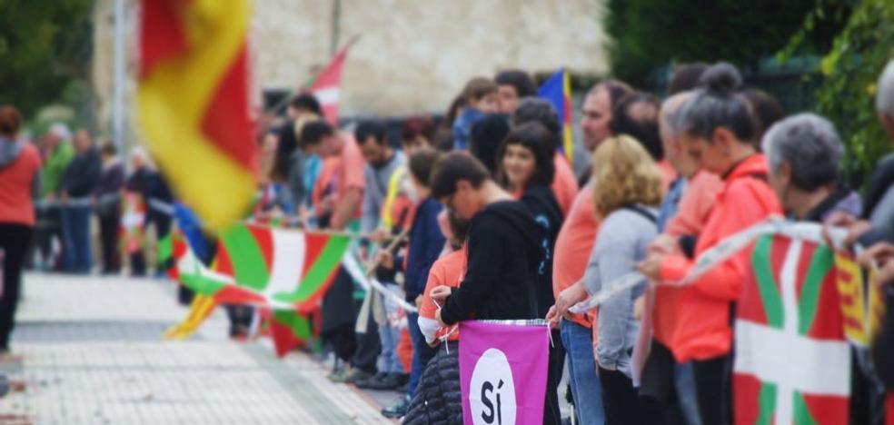 Gure Esku Dago muestra su «solidaridad» con Cataluña con una cadena humana que une Lazkao y Ordizia con Beasaian