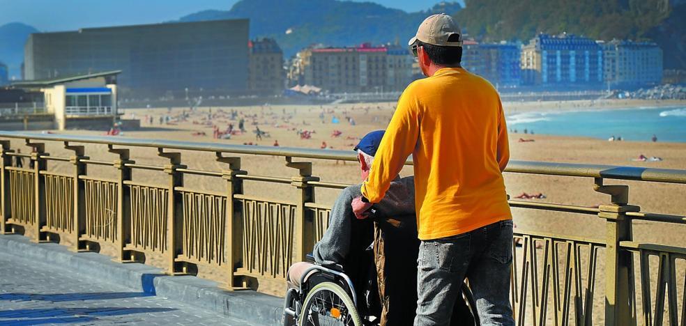 Euskadi logra ampliar in extremis la regulación de 8.000 cuidadores de dependientes