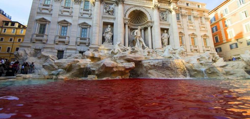 Detienen a un hombre por teñir de rojo el agua de la Fontana di Trevi