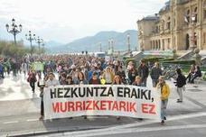Cientos de personas se manifiestan en Donostia para denunciar «los recortes» en Educación