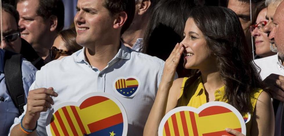 Rivera acusa a Puigdemont de «huir por la puerta de atrás engañando a los catalanes»