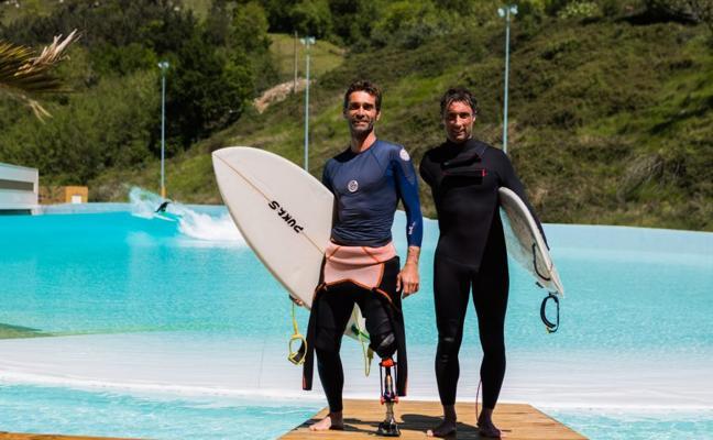 Dos héroes del surf en la ola artificial de Gipuzkoa