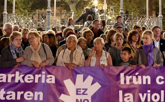 Más de 1.500 personas se concentran en Irun para denunciar la agresión a una joven de la localidad el pasado martes