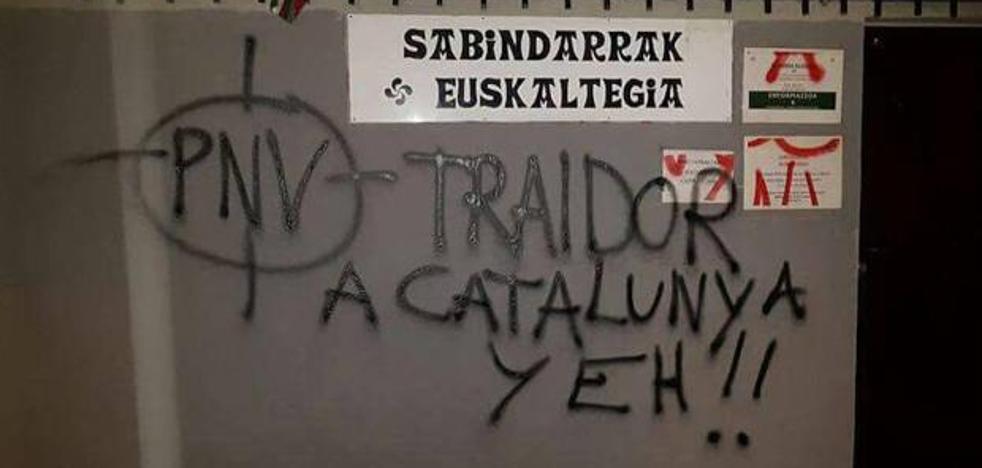Pintadas amenazantes contra el PNV en seis batzokis de Bizkaia