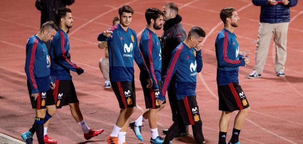 Poco ambiente, ninguna camiseta nueva en la grada y apoyo para Piqué
