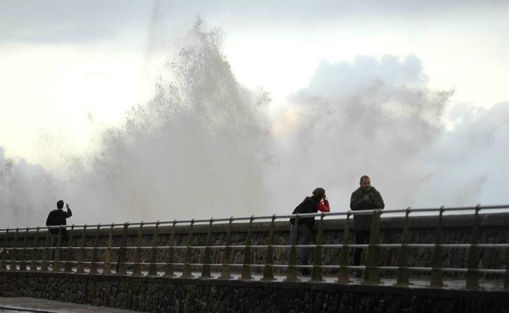 Las olas vuelven a apoderarse de San Sebastián