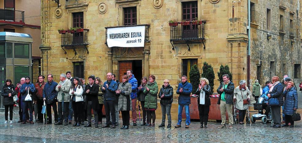 Una concentración en la plaza conmemoró ayer el Día de la Memoria