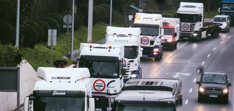 Caravana de camiones denuncia la próxima implantación de un peaje para vehículos pesados en la carretera N-1