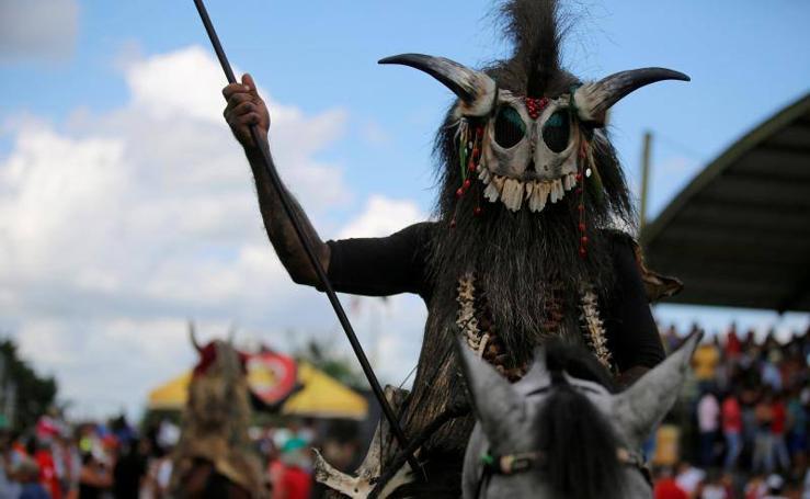 Máscaras de miedo en un tradicional desfile de Colombia