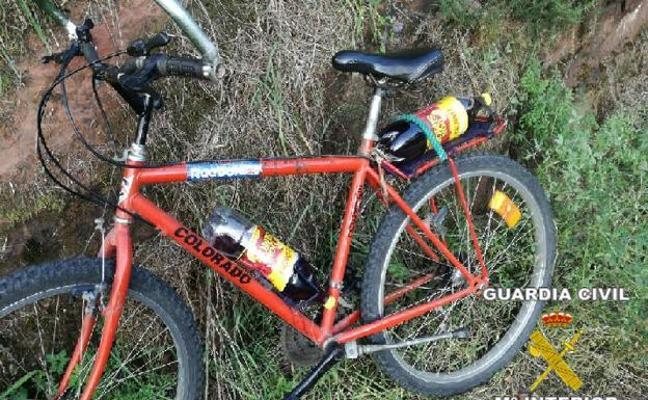 Detienen a un ciclista ebrio y con dos botellas de vino «para saciar la sed»