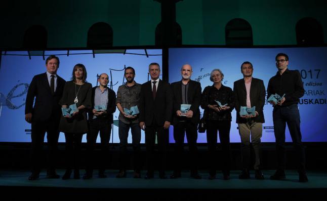 Aramburu, Urretabizkaia y Serrano, reciben los Euskadi de Literatura 2017