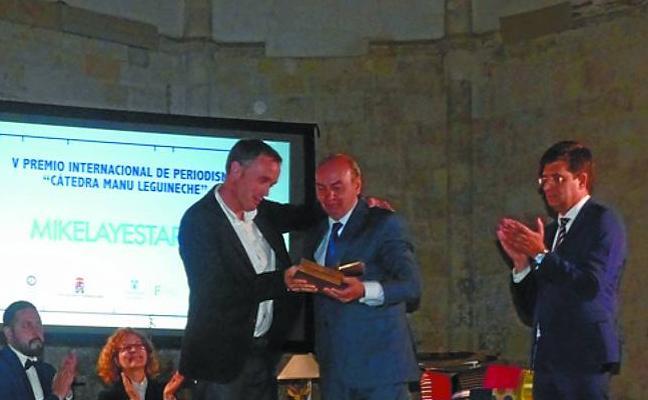 Mikel Ayestaran, corresponsal de DV, recibe el premio Manu Leguineche