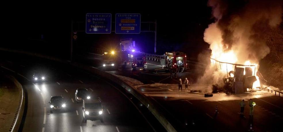 El incendio de un trailer con neumáticos cierra la AP-8 en Oiartzun sentido Irun