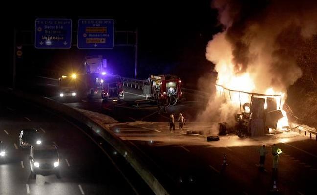 El incendio de un camión obliga a cortar la AP-8 en sentido Francia entre Oiartzun e Irun