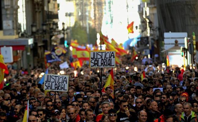 Miles de policías y guardias civiles toman las calles de Madrid para exigir igualdad salarial