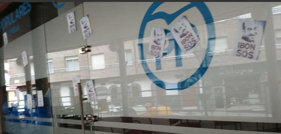 Pegan fotografías del preso de ETA Ibon Iparragirre en la sede del PP de Ermua