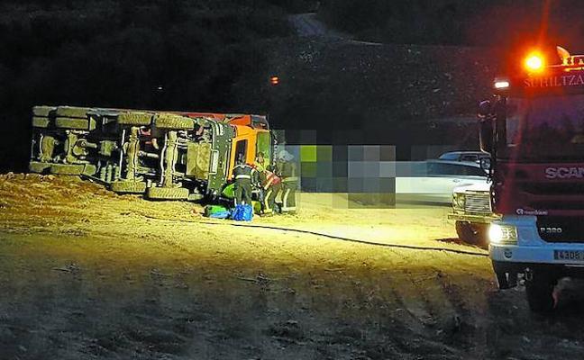 Herido tras caer con su camión por un terraplén en una pista en Azpeitia