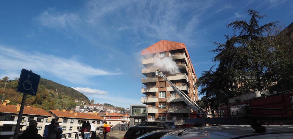 Los bomberos rescatan a una persona de una vivienda en llamas en Elgoibar