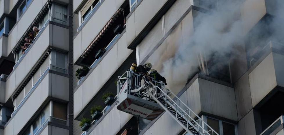 Un incendio por una colcha que ha cogido fuego destroza una vivienda en Donostia