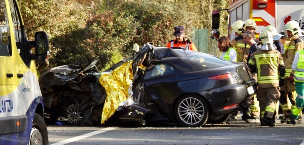 Una británica de 48 años muere al chocar de frente su coche contra un camión en Amorebieta