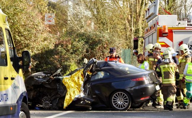 Muere una mujer en una colisión frontal entre un turismo y un camión en Amorebieta