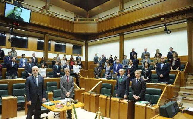 El Parlamento Vasco recuerda en silencio a Brouard, asesinado por los GAL