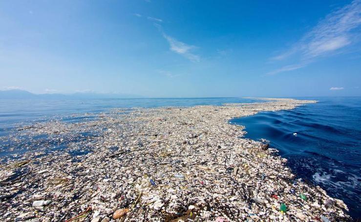 El mar inundado de basura