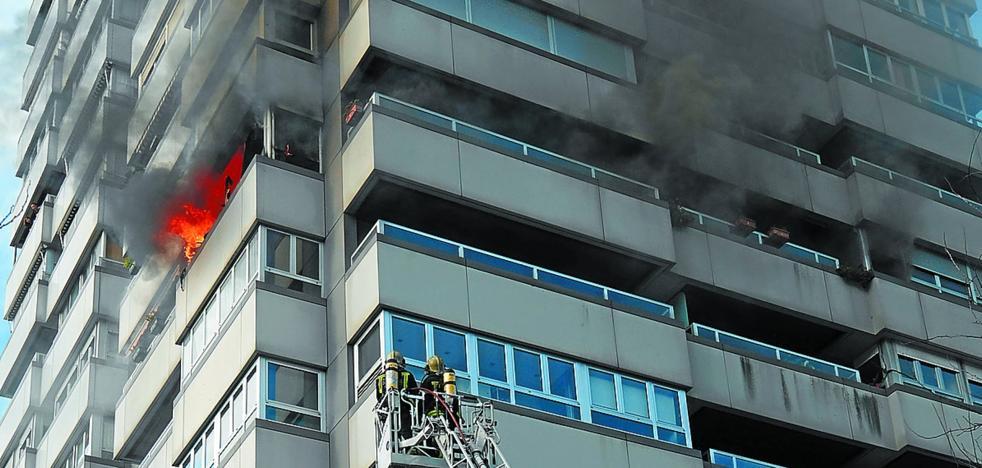 Un cigarro causa un fuego que obliga a desalojar un bloque en San Sebastián