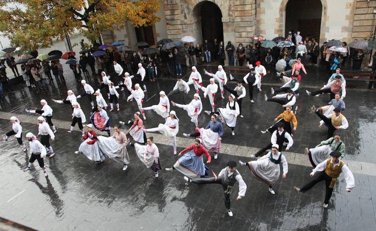 Decenas de dantzaris homenajean a Iztueta en Zaldibia