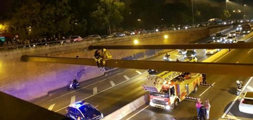 Espectacular rescate en Sevilla para evitar que una mujer se lance a la vía