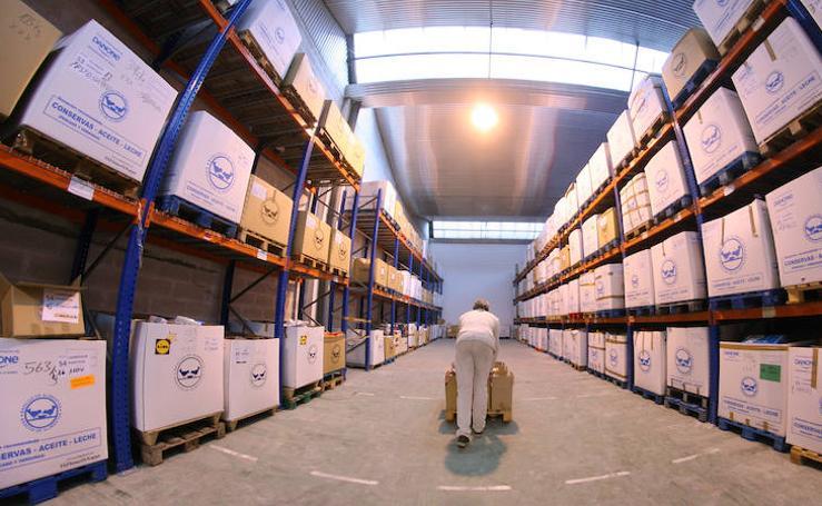 Los alimentos de la 'gran recogida' van llenando el almacén de Oiartzun