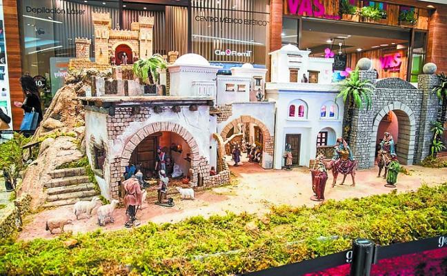 Un belén artesanal de estilo clásico viste el centro comercial Garbera de Navidad
