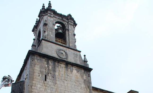 Un rayo destroza el campanario de la iglesia de Zestoa