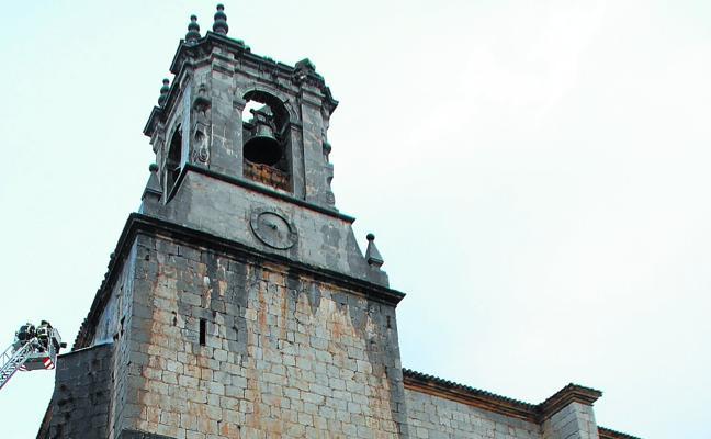 La reparación de la cúpula de la iglesia de Zestoa destruida por un rayo durará meses