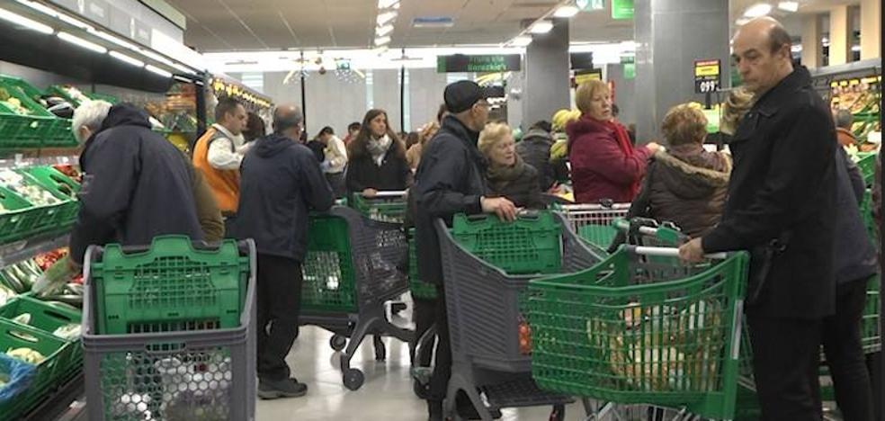Expectación y mucha afluencia en la apertura del Mercadona de Donostia