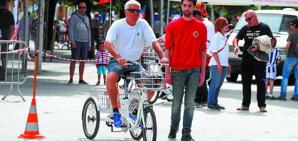 La Cruz Roja local recibe el primer premio 'Guztiok Mugituz' de la Diputación