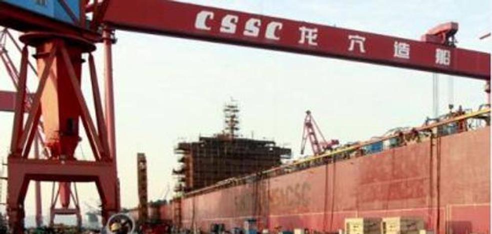 China lanza el primer buque de carga eléctrico del mundo, pero lo llena de carbón