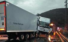Dos heridos graves tras hacer un camión la tijera en la N-121-A en Bera