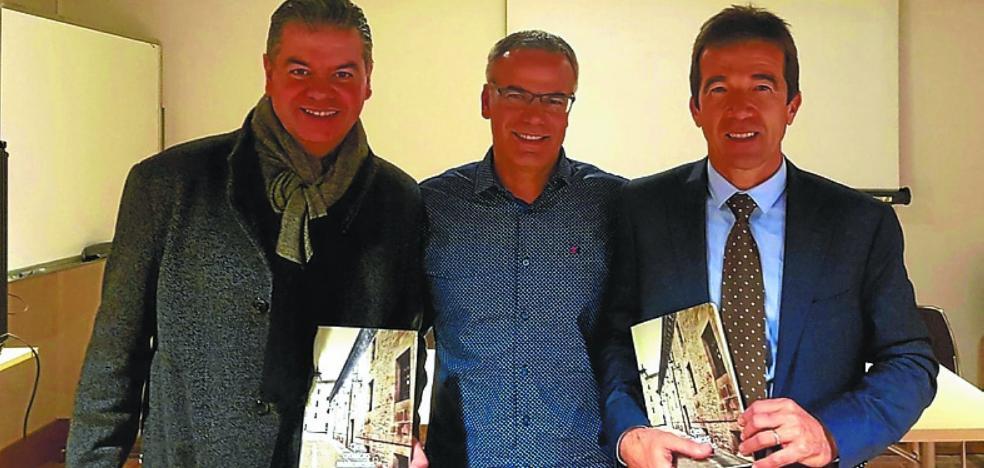 Vendidos cerca de 400 ejemplares de la primera edición de 'Cien crónicas mahoneras'
