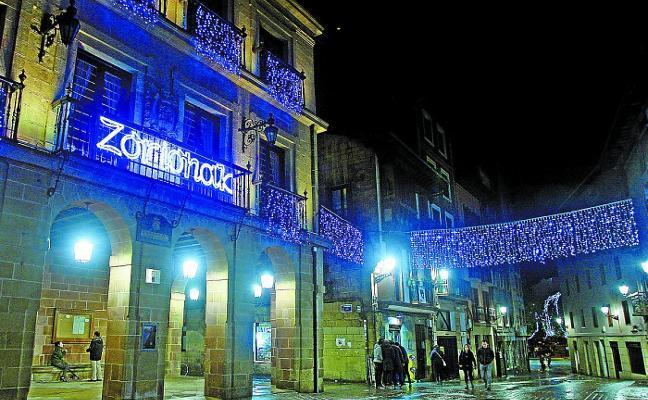 Las calles ya lucen en todo su esplendor con la iluminación navideña