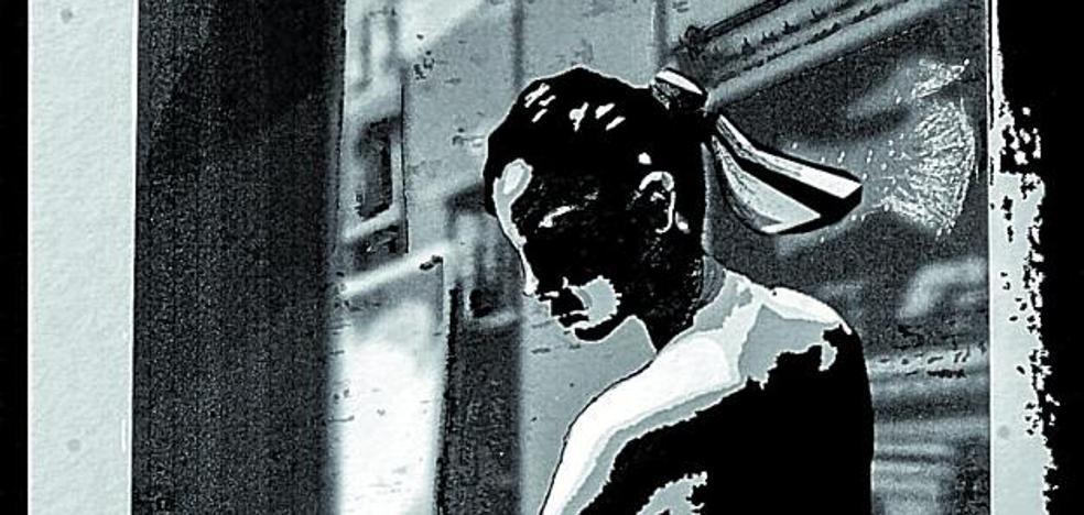 'Mensu' combina pluma y pinceles en su novela 'Azul cobalto'