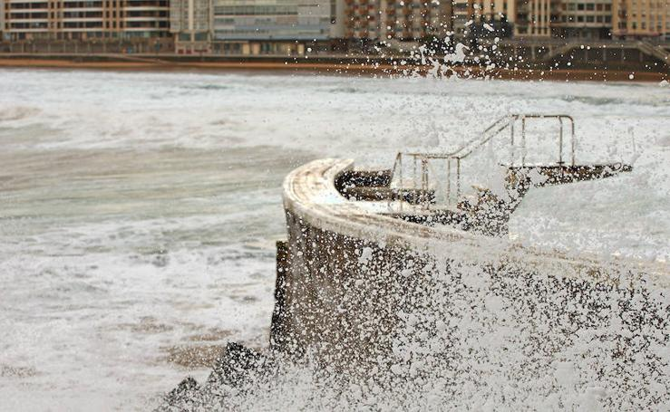 Las olas golpean Zarautz
